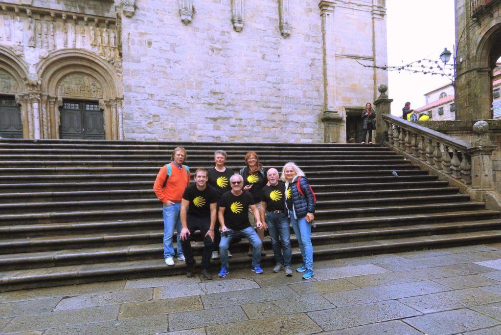 Przy katedrze Santiago pielgrzymi Camino Razem