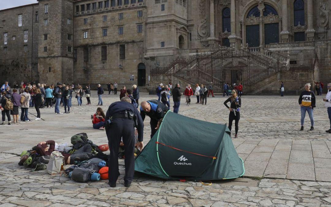 Studenci rozłożyli namiot przed katedrą w Santiago de Compostela